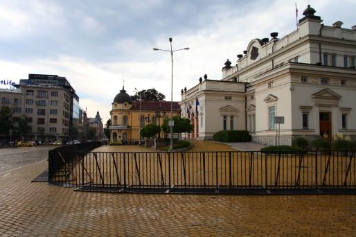 Les barricades sont érigées depuis plusieurs mois autour des principales administrations de la ville. Elles seraient installées en prévision de nouveaux débordements.