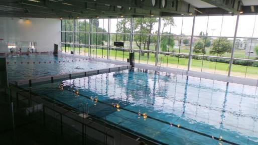 Le grand bassin long de 50m peut être divisé en deux bassins de 25 mètres comme ici L'aspect extérieur a été complètement repensé par Dieter Feichtinger, avec l'ambition de créer une structure aux lignes épurées. (Photo PF / Rue89 Strasbourg / cc)