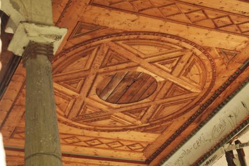 Dans la synagogue de Samokov, toutes les fresques ont été détruites. Il reste seulement quelques boiseries.