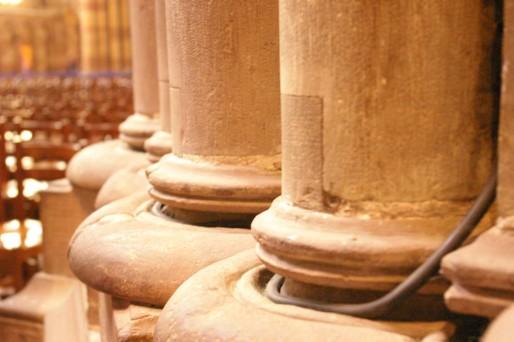 Les câbles électriques sont dissimulés dans l'architecture de la cathédrale. (Photo : OG / Rue89 Strasbourg / cc)