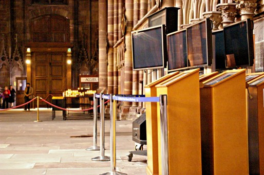 La DRAC ne les voulaient plus : les écrans de signalétiques sont relégués sur les bas-côtés par manque d'espace de stockage, en attendant leur reconversion... ( Photo  OG / Rue89 Strasbourg / cc)