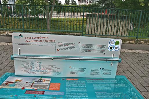Petit jeu sur le parcours, amusez-vous à faire tenir en équilibre une bille au milieu d'un tube. Une métaphore de la Justice européenne. (Photo JFG / Rue89 Strasbourg / cc)
