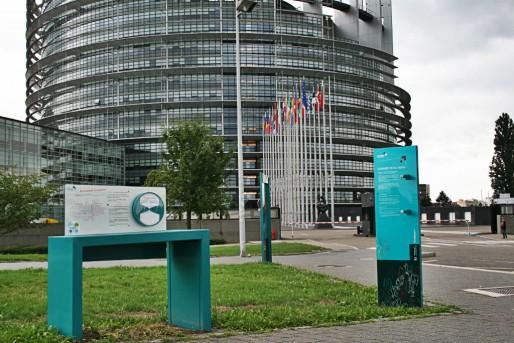 Les panneaux n'invitent pas les visiteurs à se rendre au centre de l'hémicycle (Photo JFG / Rue89 Strasbourg / cc)