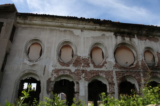La synagogue de Samokov est à l'abandon, faute de projet de réaffectation. Mais le Consistoire espère pouvoir la sauver et la transformer en musée.