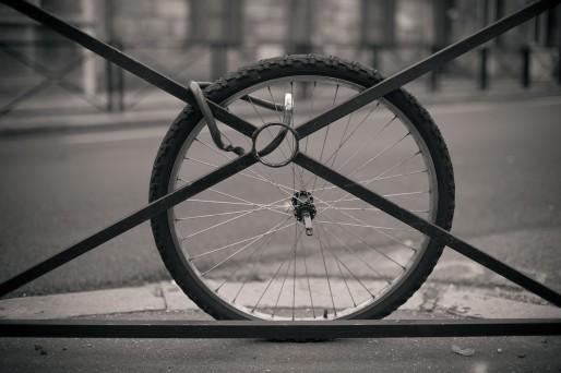 Il faut toujours attacher la roue et le cadre du vélo à un point fixe.