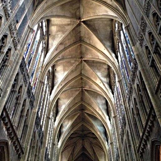 À l'intérieur de la cathédrale de Metz, on se laisse facilement impressionner par les superbes voûtes éclairées par les vitraux. (Photo CB / Rue89 Strasbourg / cc)