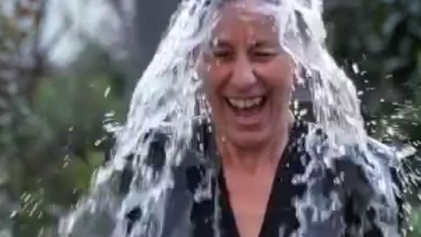 Fabienne Keller se soumet à un «ice bucket challenge»