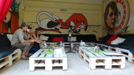 A droite de l'espace canapé, une oeuvre réalisée par l'artiste strasbourgeois Pisco (Photo LR / Rue89 Strasbourg / cc)