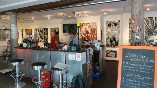 Au centre de la salle d'expo, un bar pour rendre l'ensemble plus convivial (Photo LR / Rue89 Strasbourg / cc)