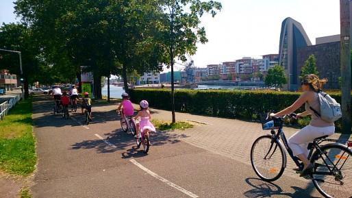 Des cyclistes quai du Général Koenig à Strasbourg. (Photo Victor Quiroz / Flickr / cc)