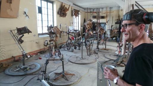 """Daniel Depoutot dans son atelier, prêt à faire """"jouer"""" ses oeuvres à l'aide de sa guitare électrique (Photo JFG/ Rue89 Strasbourg)"""