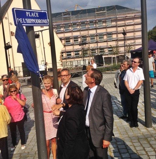 Pernelle Richardot (de dos), Robert Herrmann (à droite) et Philippe Bies (au fond) inaugurent la nouvelle place du quartier le samedi 13 septembre (photo JFG/ Rue89 Strasbourg)