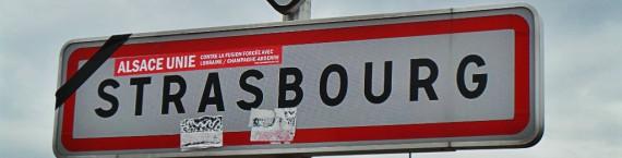 Un bandeau noir apposé par le parti régionaliste Unser Land à l'entrée de Strasbourg pour exprimer l'opposition à la réforme territoriale. (Photo JFG/ Rue89 Strasbourg)