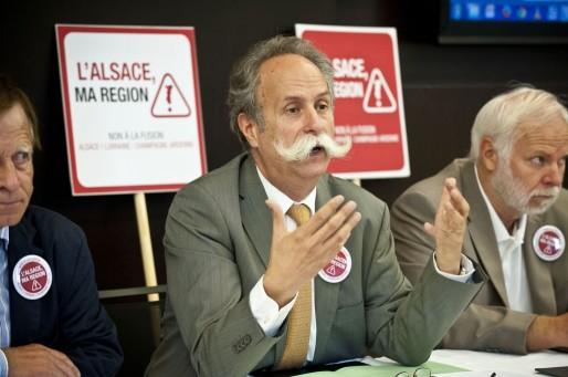 Bernard Stalter, président de la chambre des métiers d'Alsace, a voulu de gros badges, pour qu'on ne confonde pas ce mouvement avec un groupe de rock (Photo Dorothée Parent / CCI)