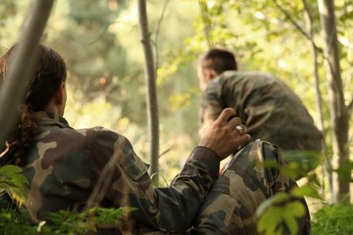 """Kristres accompagne les jeunes """"partisans"""" en forêt, dans une ancienne zone interdite."""