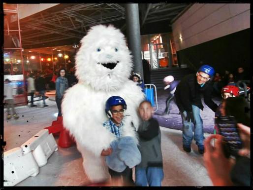 Après qui va courir la grande mascotte de la patinoire de Strasbourg si les bambins ne viennent plus avec leur classe ? (Photo page Facebook de l'Iceberg)