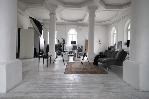 La synagogue sert actuellement de studio photo mais est aussi le lieu de workshop artistique.