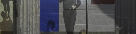 L'artiste pris dans le dispositif de son oeuvre - Videodrones, Céleste Boursier-Mougenot, 2014 © Musées de la Ville de Strasbourg Photo : K. Stöber