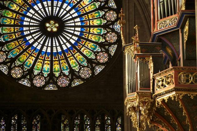 Conçue et réalisée au XIIIème siècle par l'architecte Maître Erwin, la rosace est le seul vitrail qui a été restauré.(Pascal Subtil/FlickR/cc)