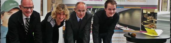 Signature du millième contrat génération en Alsace à l'entreprise Velum International. De gauche à droite Frédéric Plisson, nouveau commercial ; Anne Vetter, directrice de Velum ; Stéphane Bouillon, préfet d'Alsace et Brice Romano, dessinateur au bureau éclairage. (Photo JFG/ Rue89 Strasbourg°