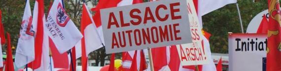 Beaucoup de rouge et blanc à la manifestation mais aussi les drapeaux traditionnels (Photo JFG / Rue89 Strasbourg)