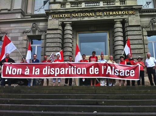 """Des membres d'Unser Land en juin lors de la manifestation """"pour l'Alsace"""" à Strasbourg (Photo Unser Land)"""