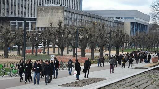 Des étudiants en marche vers le Conseil d'administration en décembre 2014 (Photo JFG / Rue89 Strasbourg)