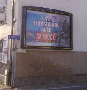 En 2012, Abd Al-Malik s'affichait en grand pour soutenir la candidature de Skyrock à la FM strasbourgeoise (photo Le Radioscope)