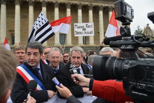 Jean Rottner et Philippe Richert lors de la manifestation du 25 novembre devant l'Assemblée Nationale à Paris.