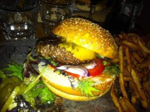 Le burger? Un quasi incontournable de toutes les cartes, comme ici aux Trois Chevaliers (Rue89Strasbourg-BR)
