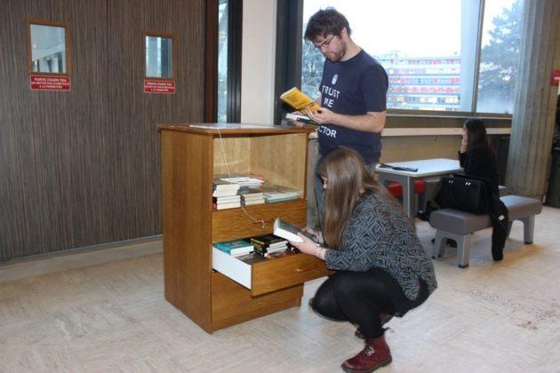 La bibliothèque en libre-service attire les curieux. (Photo Maurane Speroni)