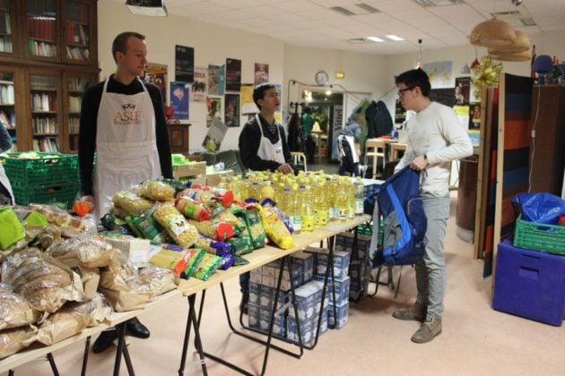 La distribution de colis alimentaires a lieu tous les mercredis, à partir de 18h. (Photo Maurane Speroni)
