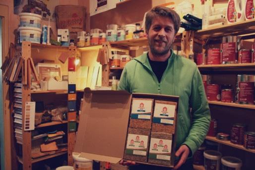 Alexandre Gutbier est l'un des rares commerçant a proposer isolants et peintures écologiques à Strasbourg - Ici, dans sa boutique Can'art à la Krutenau (Photo MM / Rue89 Strasbourg)