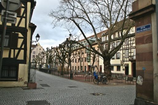 """Place des Orphelins, réaménagée en 2013, était au point de départ du """"fossé des orphelins"""", en eaux à partir du XVème siècle (Photo MM / Rue89 Strasbourg)"""