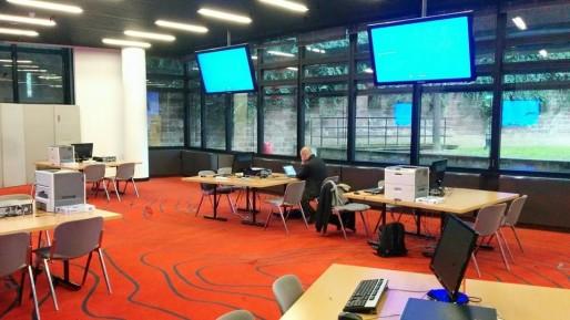 Le conseil général du Bas-Rhin a mis à la disposition des journalistes une salle toute équipée - bon pour l'instant, c'est calme...