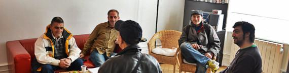 Dans la salle d'attente du Centre de Soins, d'Accompagnement et de prévention en Addictologie de l'association Ithaque, les éducateurs écoutent et disc