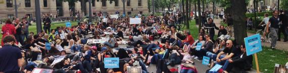Une die-in devant la préfecture, des quelque 430 participants, place de la République (photo JFG / Rue89 Strasbourg)