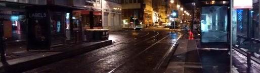 Les panneaux des arrêts de tram éteints durant la nuit (Photo ZéroWatt)