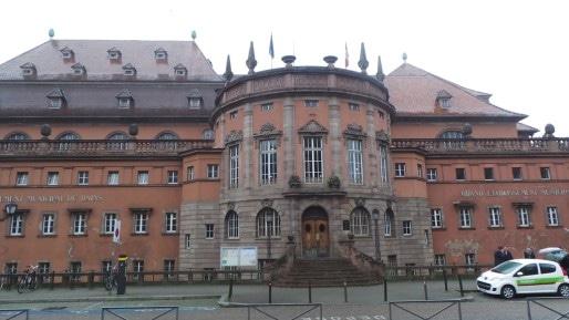 La façade des bains municipaux, classée au patrimoine historique