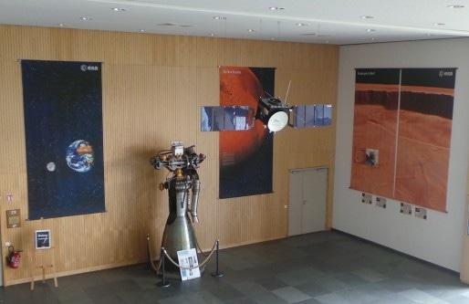 L'ISU expose dans son hall principal plusieurs satellites et un moteur de fusée. (Photo : Rue89Strasbourg)