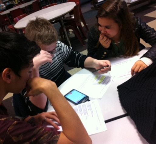 Par groupe de trois ou quatre, les élèves ont travaillé la poésie autour d'un smartphone (Photo : Lycée Le Corbusier)
