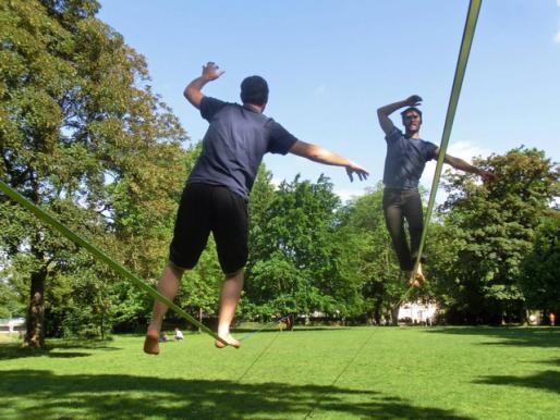 Les sportifs installent souvent leur slackline dans Strasbourg . (Photo du collectif)