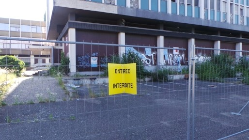 Depuis juillet 2014, un grillage est posé autour de la structure (photo JFG / Rue89 Strasbourg)