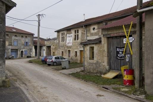 """La """"maison de la résistance à la poubelle nucléaire"""", dans le village de Bure (Photo Aurélien Glabas/Flickr/cc)"""
