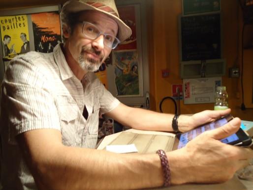 Jean-Luc Falbriard au bar du Kafteur (Photo MB / Rue89 Strasbourg)