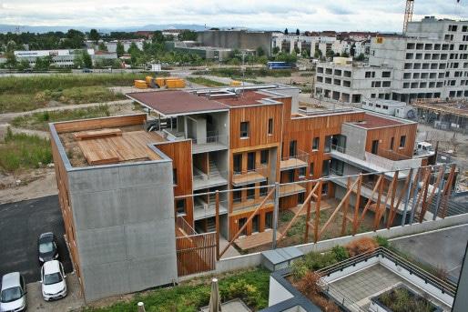 A gauche (façade béton et terrasse partagée), le collectif E-Zéro, au milieu, les logements Habitat de l'Ill (Photo MM / Rue89 Strasbourg)