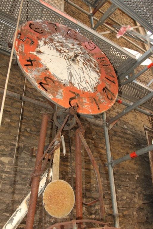 Pour remonter l'horloge du millénaire, une personne doit faire tourner une roue avec  ses pieds. (Aline Fontaine)