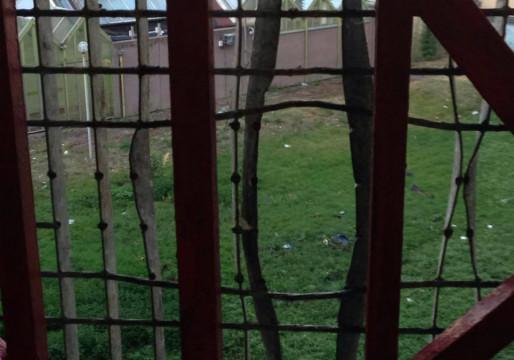 """Les caillebotis installés en 2007, censés endiguer la pratique du """"yo-yo"""", d'une fenêtre à l'autre."""