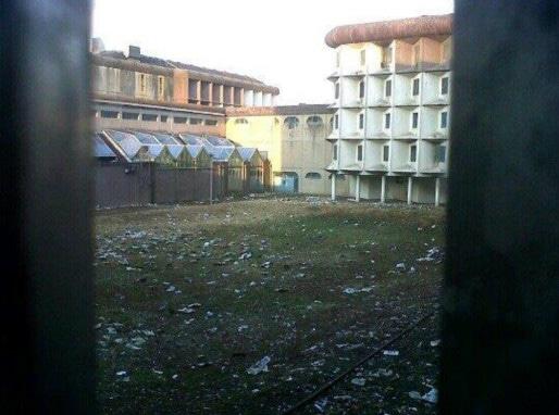 Les détritus attirent les rongeurs. Le directeur de la prison raconte qu'avant l'installation des grillages, des mouettes volaient au-dessus de la maison d'arrêt (Photo: doc.remis)