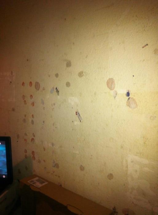 """""""Pour cacher les trous dans les murs on colle des journaux avec du dentifrice"""" (Photo : doc. remis)"""